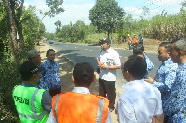 Cak Thoriq Tinjau Langsung Proyek Pelebaran Jalan Lumajang - Probolinggo