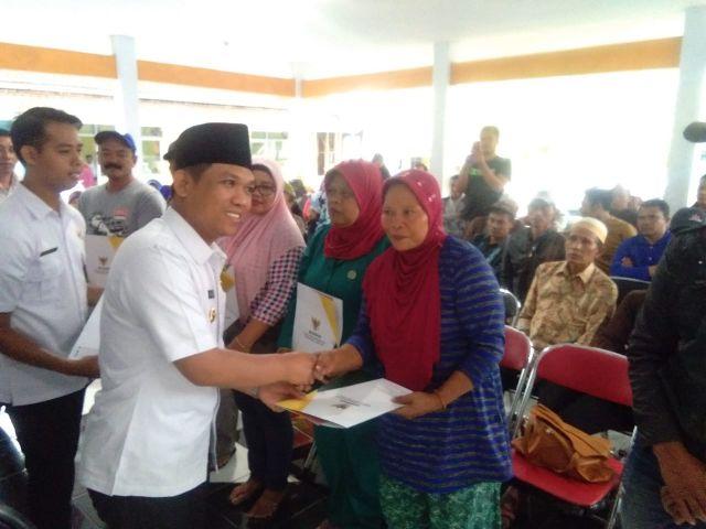 58 Korban Pasar Terbakar dan Tanah Longsor Pronojiwo Dapat Bantuan Modal Baznas