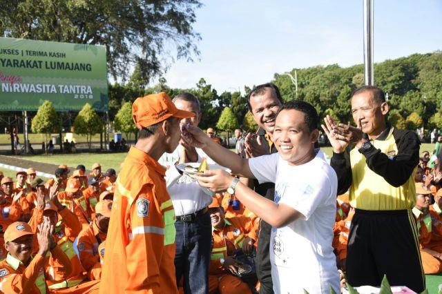 Bupati Lumajang Suapi Pasukan Orange  Atas Dedikasinya Menjaga Kebersihan