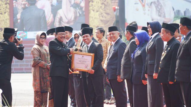 Cak Thoriq Terima Penghargaan Keberhasilan Lumajang dari Gubernur Jatim