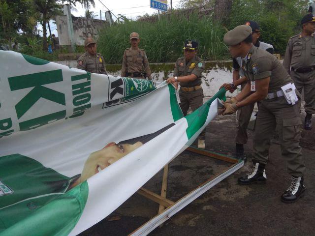 Cak Thoriq Pimpin Satpol PP Turunkan Baliho Kampanye di Hari Tenang