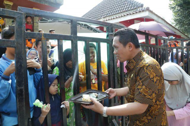 Cak Thoriq dan Mbak Farin Bagi Bagi Kue ke Penonton Pawai Seni Budaya Lumajang