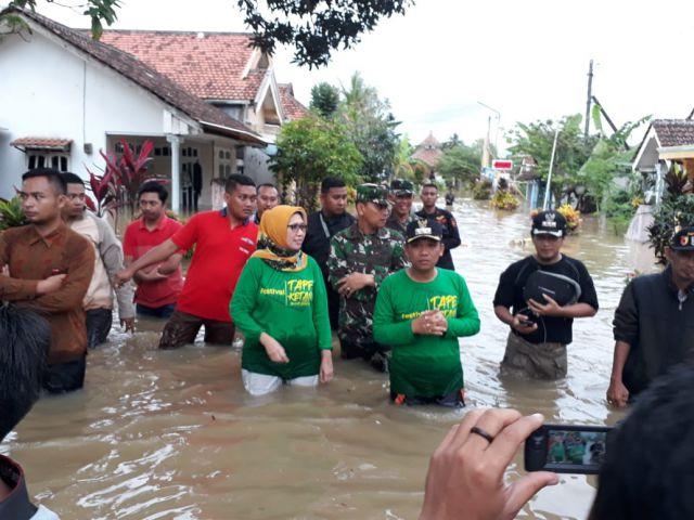 Cak Thoriq dan Bunda Indah Menceburkan Diri ke Banjir Sapa Warga Terdampak