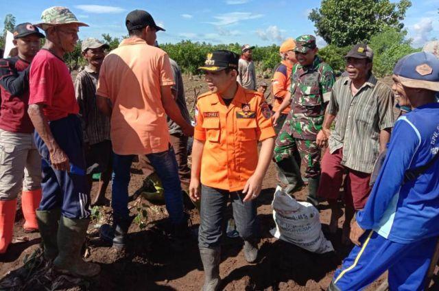 Cak Thoriq dan Dandim Lumajang Kerja Bhakti Perbaiki Tanggul Jebol