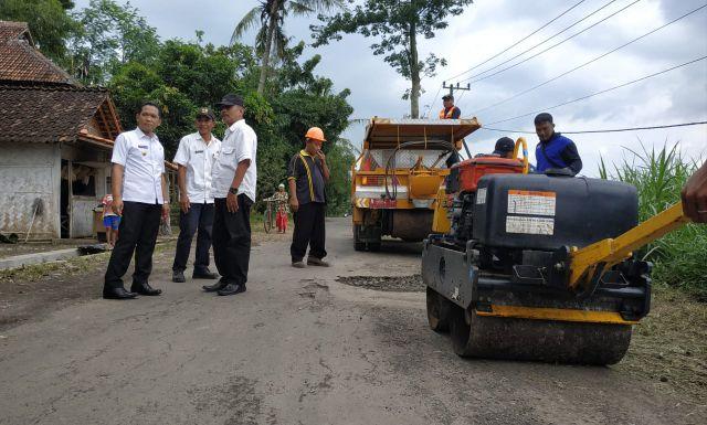 Cak Thoriq Pantau Langsung Perbaikan Jalan Rusak Dawuhan Wetan - Rowokangkung
