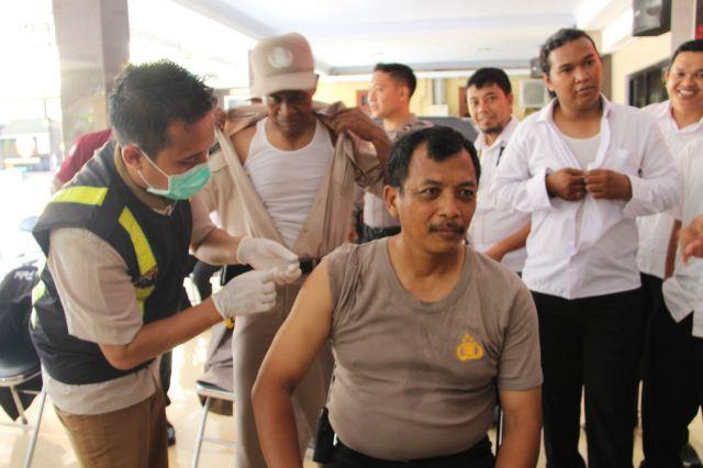 Anggota Polres Lumajang Disuntik Vaksin Influenza Cegah Virus Corona