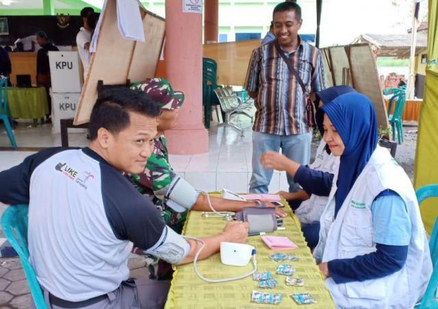 Tim Medis Puskesmas Sumbersari Cek Kesehatan Petugas Rekap PPK Rowokangkung
