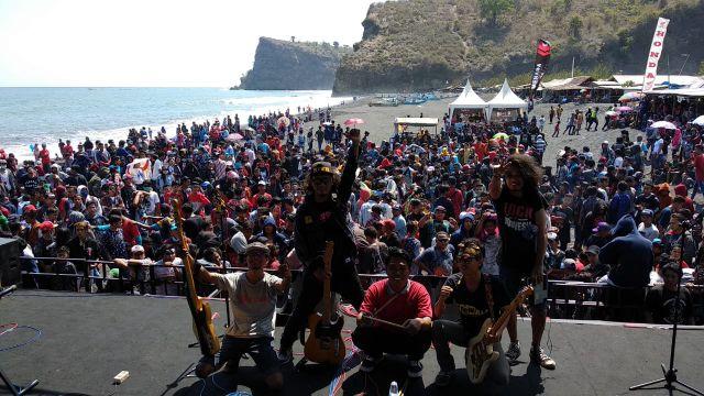 Crew All Hibur dan Goyang Pengunjung Pantai Dampar - Lumajang