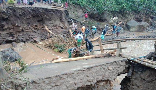 Banjir Bandang Tiris Probolinggo Putuskan Jembatan dan Ratusan Warga Terisolisi