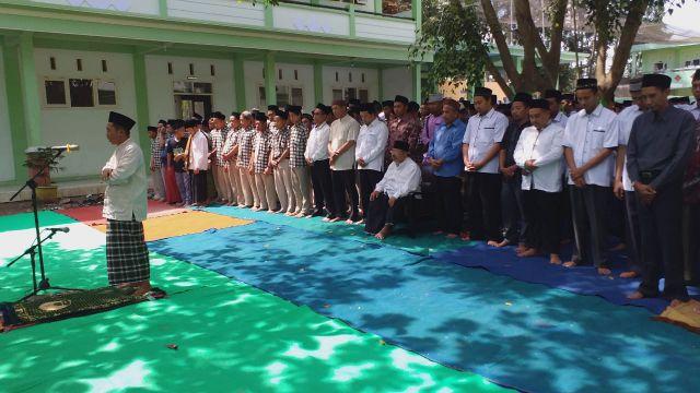 Ribuan Santri Ponpes Kyai Syarifuddin Gelar Sholat Gaib Untuk KH. Maimoen Zubair