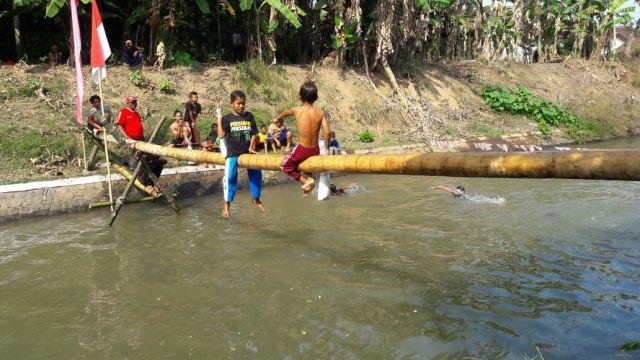 Serunya, Lomba Gebuk Bantal di Atas Sungai Tekung