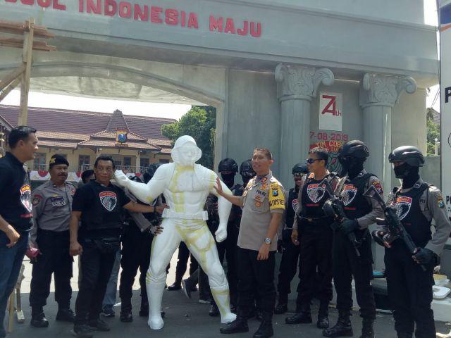 Polres Lumajang Mengusung Gerbang Iconic Captain Cobra di depan Mako