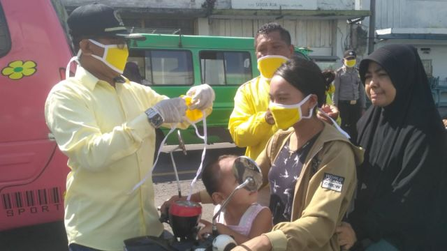 Golkar Lumajang Bagikan APD Masker ke Warga di Pasar Tempeh