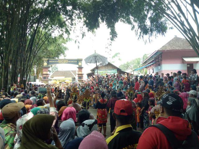 Ribuan Wisatawan Padati Ritual Pendem Kepala Sapi Semeru di Sumbermujur