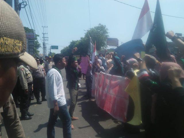 Puluhan Aktivis HMI Gelar Aksi Demo Depan Dedung DPRD Lumajang