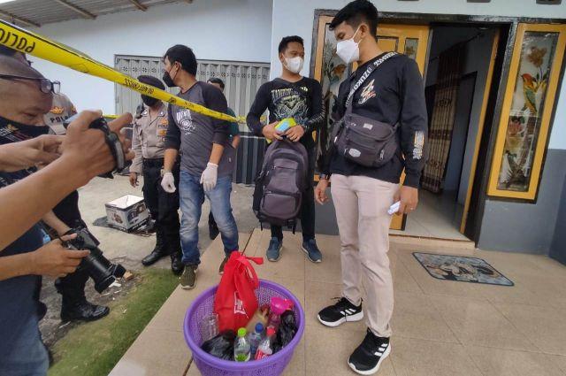 Tim Labfor Polda Jatim Olah TKP Home Industri Sabu di Besuk Lumajang