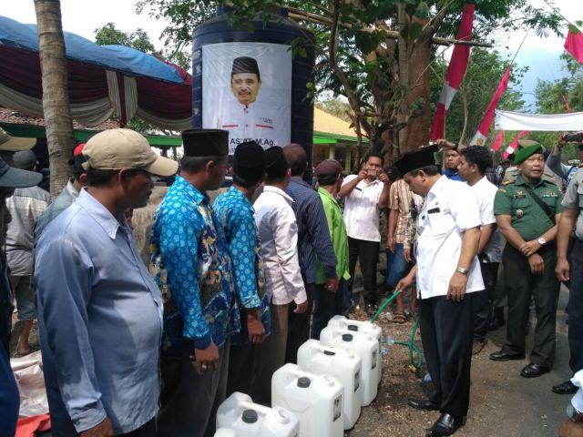 Atasi Krisis Air Bersih, Bupati Lumajang Bantu Jerigen ke Warga Penawungan