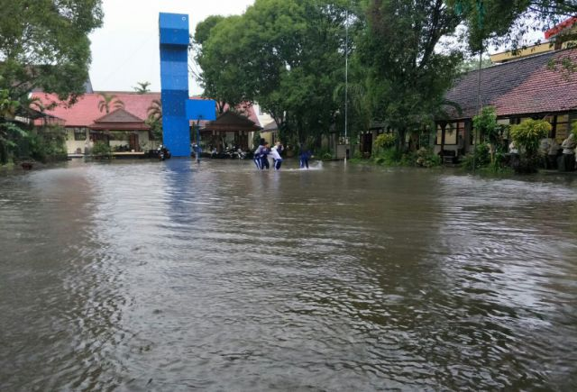 Hujan Deras, SMAN 3 Lumajang Tergenang Banjir