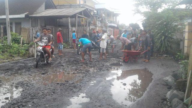 Warga Jarit Gotong Royong Perbaiki Jalan Yang Hancur Akibat Truck Pasir