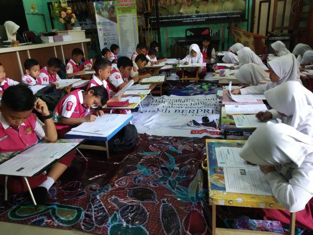Kelas Tertimpa Pohon Siswa SD Ditotrunan 01 Lumajang Ujian di Musholla