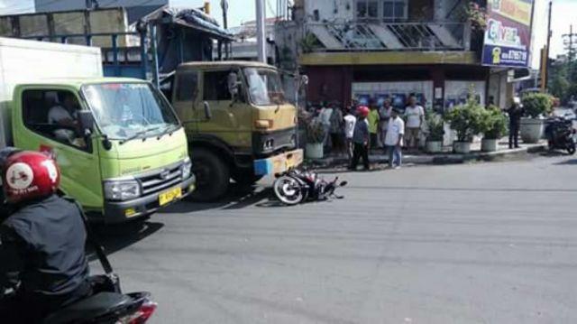 Rem Blong, Truck Gandeng Seruduk Sepeda Motor di Perempatan Klojen