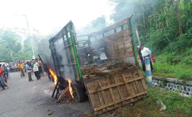 Diduga Angkut Sapi Curian, Truck Dibakar Sopir Tewas di Massa