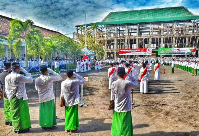 Sarungan, Santri Miftahul Ulum Bakid Kibarkan Bendera Merah Putih HUT RI ke-72