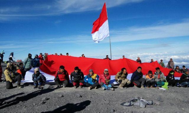 Tim Ekspedisi Kodim 0821 Kibarkan Merah Putih Dipuncak Tertinggi Pulau Jawa Mahameru