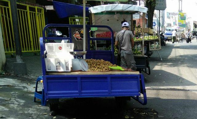 Banyak Pejual Buah Pinggir Jalan, Pedagang Pasar Pasirian Minta Ditertibkan