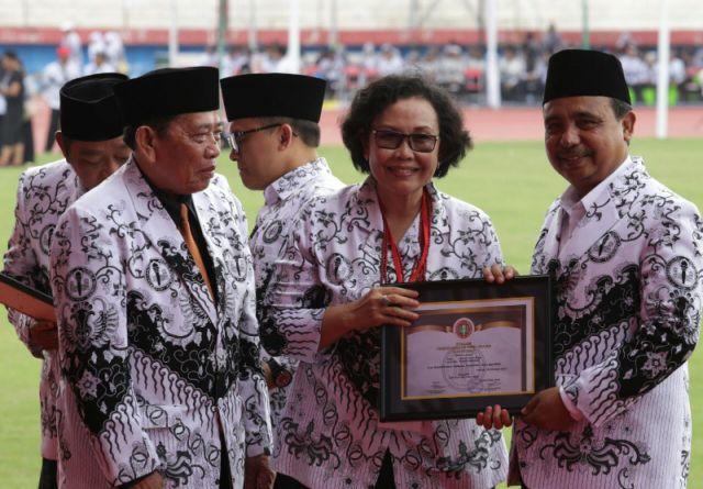 Peduli Pendidikan, Bupati Lumajang Terima PGRI Award