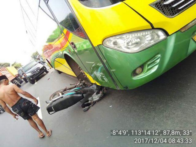 Nyebrang Jalan, Sepeda Motor Kakek Tinar Diseruduk Bus