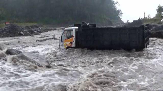 Nekat Nyebrang, Truck Pasir Terjebak Lahar Gunung Semeru