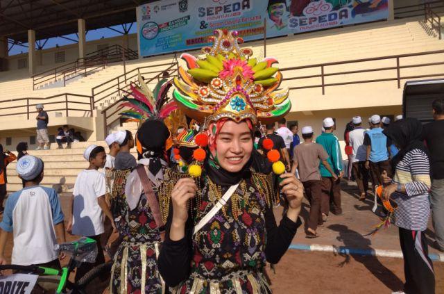 Peserta Pakaian Unik Meriahkan Senam Dayung di Stadion Semeru Lumajang