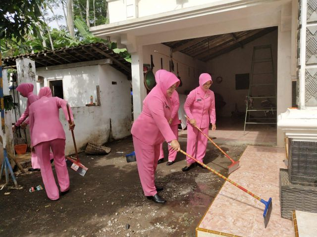 Ibu Bhayangkari Polres Lumajang Bersih-Bersih Rumah Korban Banjir