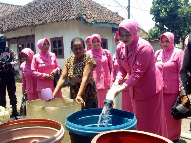 Ibu Yani Arsal Sahban Berikan Bantuan Air Bersih ke Kedawung