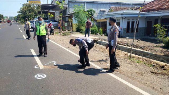Pemotor Tewas Usai Tabrak Truk di Jalan Raya Kedungjajang Lumajang