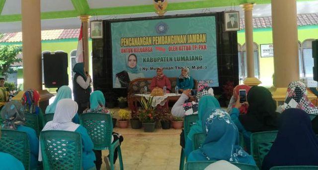 Mbak Farin Thoriq Canangkan Gerakan Jambanisasi Lumajang di Rowokangkung