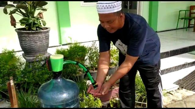 Ketua PCNU Kencong Jember Sediakan Tempat Cuci Tangan Bagi Tamunya