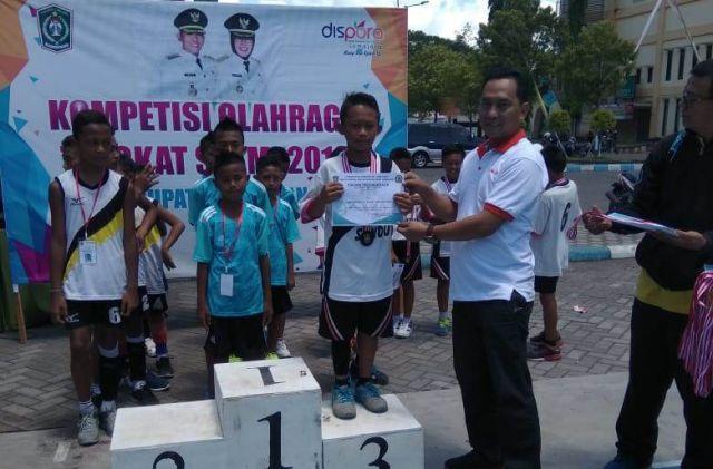 Tim Putri Rowokangkung dan Putra Sumbersuko Jawara Voli SD/MI