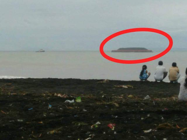 Kapal Tongkang Angkut Batu Bara Terdampar di Pantai Tempursari Lumajang