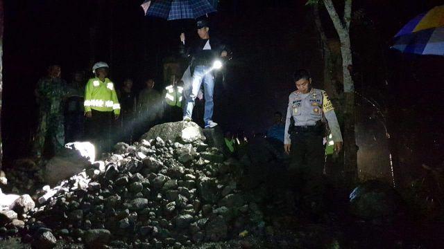 Foto - Foto Kapolres Lumajang Selesaikan Aksi Blokade Jalan Desa Area Tambang Pasir