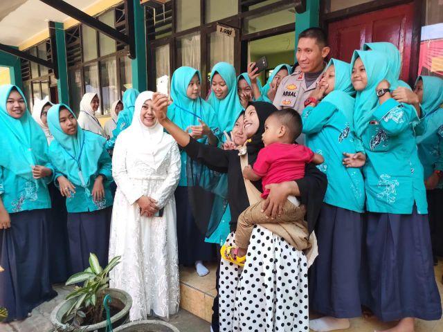 Kapolres Lumajang Jadi Buruan Foto Bareng Bu Guru dan Pelajar di Kedungjajang