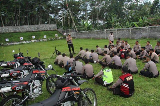 Buru Penjahat..! Kapolres Lumajang Latih Anggota Menembak
