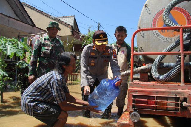 Kapolres Lumajang Beri Bantuan  Korban Bencana Banjir di Rowokangkung