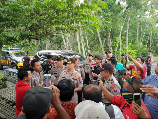 Kapolres Lumajang Ajak Dialog Warga Jarit dan Kalibendo Tutup Jalan Desa