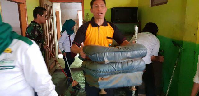 Kapolres Lumajang Pimpin Kerja Bakti Bersih-Bersih Rumah Korban Banjir