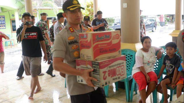 Kapolres Lumajang Berikan Bantuan Pada Korban Banjir Rowokangkung