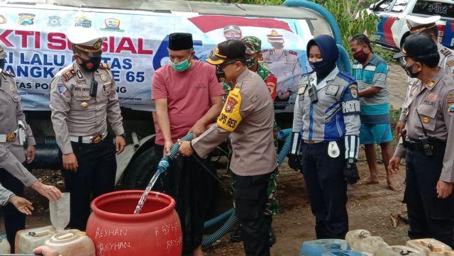 Kapolres Lumajang AKBP Deddy Salurkan Bantuan Air Bersih di Padang