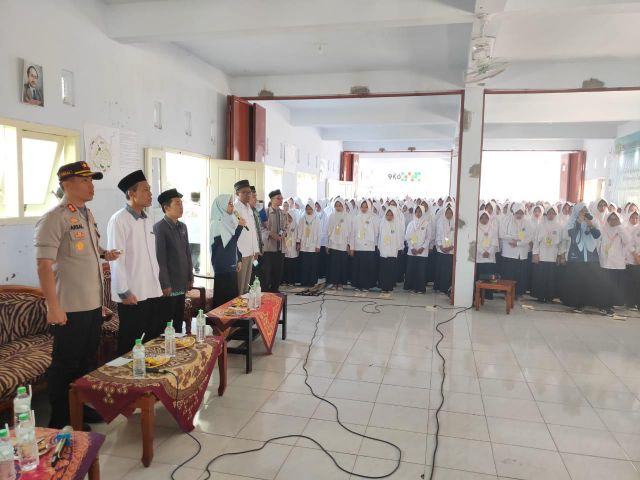Kapolres Tanamkan Rasa Cinta NKRI Ke Siswa/Siswi Ponpes Kyai Syarifuddin