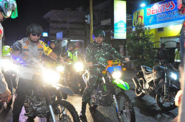 Kapolres Lumajang Pantau Pergantian Tahun Baru Gunakan Sepeda Motor